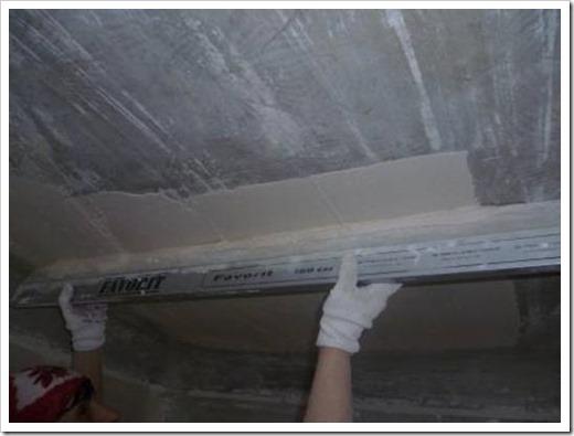 Как правильно выровнять потолок шпаклевкой?