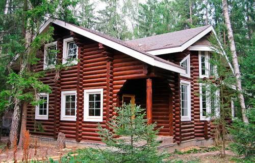 Деревянный дом с пластиковыми окнами