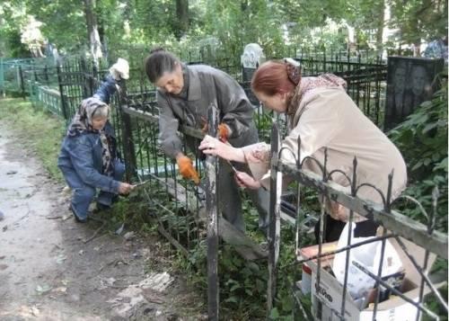 Покраска ограды на кладюище