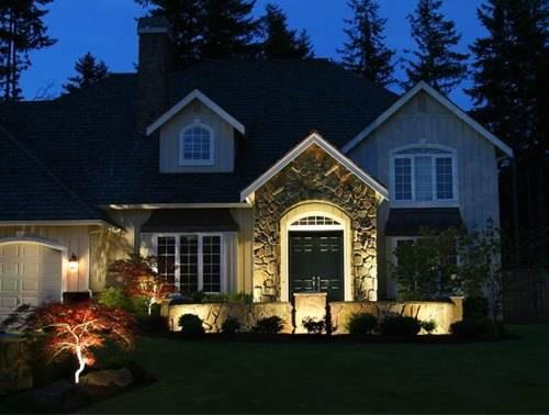 Светодиодные прожектора освещают  дом