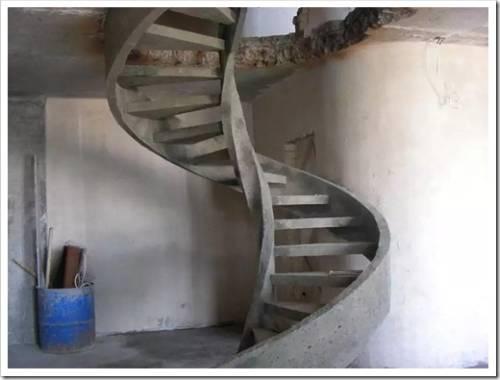 Из чего сподручнее всего делать опалубку для лестницы?
