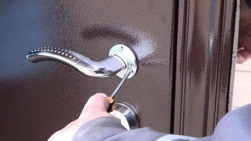 как установить ручку на двери