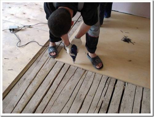Выравниванием поверхность деревянного пола