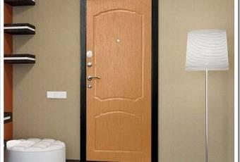 Использование различных материалов для облагораживания входной двери