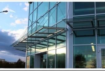 Различные виды установки стеклянных козырьков