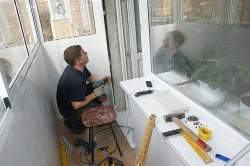 Сколько стоит остеклить балкон в панельном доме