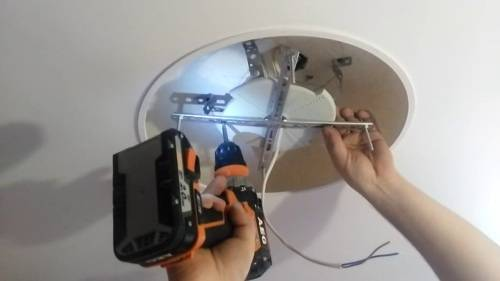 Как установить потолочную люстру