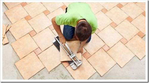 Монтаж плитки: выравнивание клеевого слоя