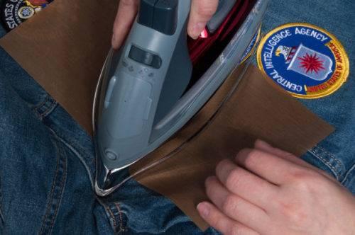Как приклеить нашивку утюгом на куртку